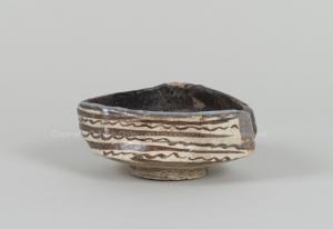 黒織部三角茶碗